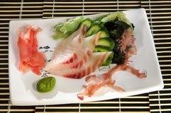 Sushimeny som klipper fisken, havsväxt och gurkan Arkivbild
