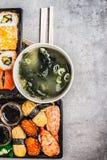 Sushimenyn med misosoppa på grå färger blir gammal bakgrund, bästa sikt royaltyfri fotografi