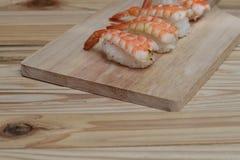 Sushiräka som är ny på träplattan Royaltyfri Bild