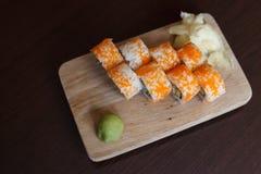 Sushirol op houten raad De keuken van Japan royalty-vrije stock afbeelding