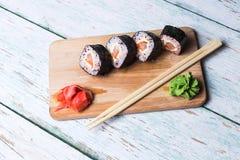 Sushirolle auf weißem hölzernem Hintergrund Lizenzfreie Stockfotografie