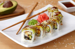 Sushirolle des grünen Drachen mit Aal, Avocado Stockfoto