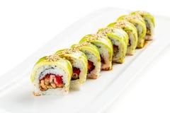 Sushirolle des grünen Drachen mit Avocado, Aal und tobiko Lizenzfreie Stockfotos