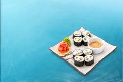 Sushirolle eingestellt mit Meerespflanze und Soße Lizenzfreie Stockfotografie