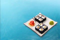 Sushirolle eingestellt mit schwarzem Kaviar Stockfotografie