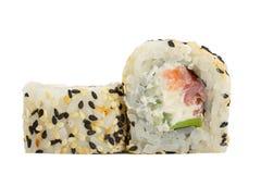 Sushirolle mit dem indischen Sesam lokalisiert auf weißem Hintergrund Lizenzfreie Stockfotografie