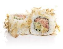 Sushirolle mit den Thunfischschnitzeln lokalisiert Stockfotos