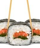Sushirolle mit Ess-Stäbchen auf Weiß Lizenzfreie Stockfotografie