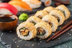 Sushirolle mit geräuchertem Aal, Gurke, Avocado stockfotos