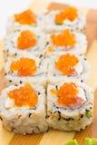 Sushirolle mit indischem Sesam und Kaviar Lizenzfreie Stockfotografie