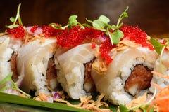 Sushirolle mit roten Fischeiern Lizenzfreie Stockfotos