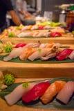 Sushirolle mit roten Fischeiern Stockfotografie