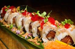Sushirolle mit roten Fischeiern Stockfoto