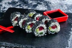 Sushirolle mit schwarzem indischem Sesam stockfotografie