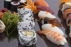 Sushirolle und -soße Stockfoto