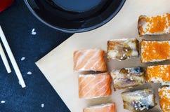 Sushirollen - asiatische Lebensmittelrestaurantlieferung stockfotos