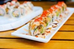 Sushirollen auf einer Platte in einem Restaurant Stockbild