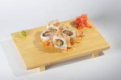 Sushirollen auf hölzernem Tellersegment Stockbild