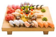 Sushirollen dienten auf einer hölzernen Platte in einem Restaurant stockfotografie