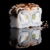 Sushirollen mit Aal, Gurke und Weichkäse Stockfoto