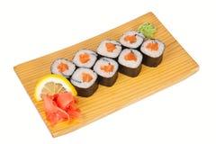 Sushirollen mit frischen Lachsen Stockbilder