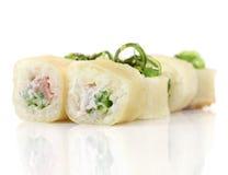 Sushirollen mit Garnele, Käse, Thunfisch, wakame Meerespflanze Lizenzfreies Stockbild