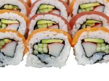 Sushirollen mit Lachsen und Thunfisch auf weißem Hintergrund lizenzfreies stockfoto