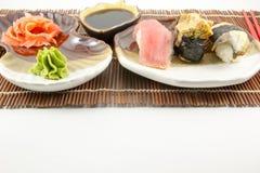 Sushirollen mit Thunfisch- und Aalhintergrund Stockfotografie