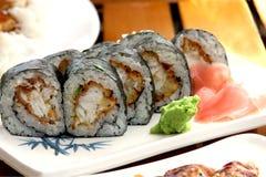 Sushirollen mit weißen Fischen Stockbild