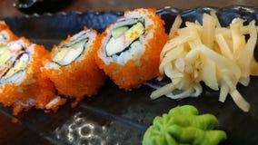 Sushirollenjapanisches Menü mit Ingwer und Wasabi Stockbilder
