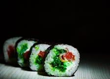 Sushirullar på mörk bakgrund traditionell matjapan Med kopiera utrymme Royaltyfria Bilder