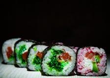 Sushirullar på mörk bakgrund traditionell matjapan Med kopiera utrymme Arkivbilder