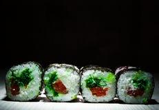 Sushirullar på mörk bakgrund traditionell matjapan Med kopiera utrymme Arkivfoto