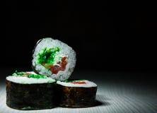 Sushirullar på mörk bakgrund traditionell matjapan Med kopiera utrymme Fotografering för Bildbyråer