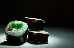 Sushirullar på mörk bakgrund traditionell matjapan Med kopiera utrymme Royaltyfri Foto