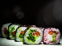 Sushirullar på mörk bakgrund traditionell matjapan Med kopiera utrymme Royaltyfria Foton