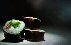 Sushirullar på mörk bakgrund traditionell matjapan Med kopiera utrymme Arkivfoton