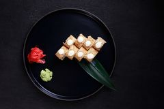 Sushirullar på magasinet, japansk traditionell mat fotografering för bildbyråer