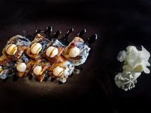 Sushirulle med den grillade laxen - räka, avokado, gräddost Sushijapanmeny fotografering för bildbyråer