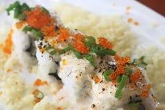 Sushirulle med fiskfiskromen Arkivbild