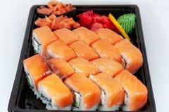 Sushisatz, japanische Nahrung, Rollen auf weißem Hintergrund stockbilder
