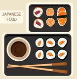 Sushisatz, Zeit, flaches Lebensmittel und japanische Meeresfrüchterollen mit Kirschblüte Lizenzfreies Stockbild