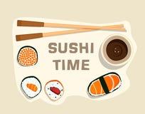 Sushisatz, Zeit, flaches Lebensmittel und japanische Meeresfrüchterollen mit Kirschblüte Lizenzfreie Stockbilder