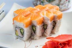 Sushiservierplatte lokalisiert auf weißem Hintergrund Japanische Nahrungsmittelrestaurantlieferung - maki Kalifornien rollt die g lizenzfreie stockfotos