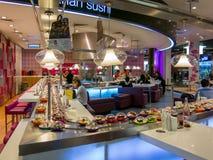 Sushistång i matdomstolen av den Dubai gallerian Arkivfoto