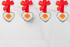 Sushiuppsättning för dag för valentin` s Arkivbild