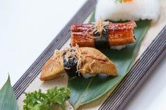 Sushiuppsättning: Grillade Foie Gras, grillad Unagi japansk sötvattens- ål, tioarmad bläckfisk Arkivfoton