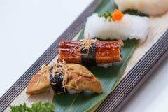 Sushiuppsättning: Grillade Foie Gras, grillad Unagi japansk sötvattens- ål, tioarmad bläckfisk Arkivbilder