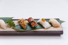 Sushiuppsättning: Grillade Foie Gras, grillad Unagi japansk sötvattens- ål, tioarmad bläckfisk och Hotate kammussla Arkivfoton