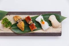 Sushiuppsättning: Grillade Foie Gras, grillad Unagi japansk sötvattens- ål, tioarmad bläckfisk och Hotate kammussla Royaltyfri Fotografi
